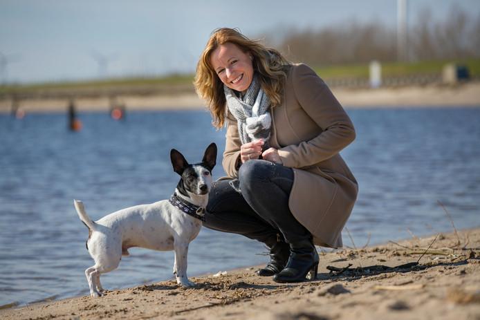 Natasch Hoiting woont in Schokkerhaven, met haar man en hondje Jamie. ,,Geen plek is mooier dan deze.''