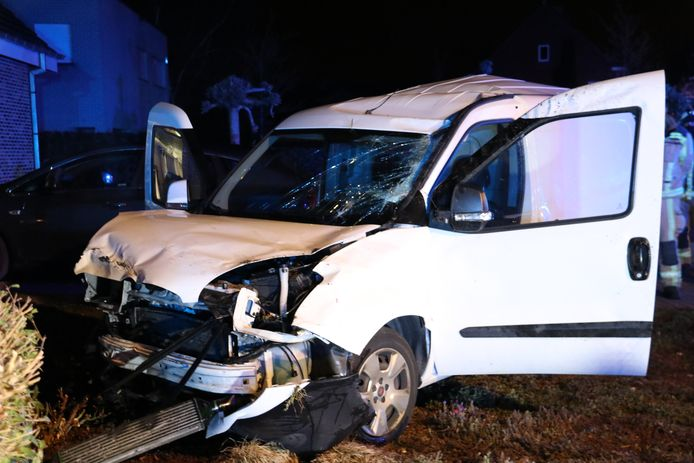 De bestelwagen raakte ook nog een ander voertuig, een muurtje en een elektriciteitscabine.