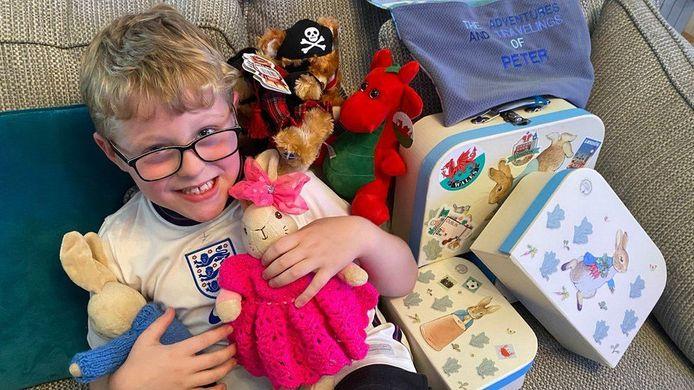 Ethan met zijn nieuwe knuffelkonijnen. Hij is weer helemaal gelukkig.
