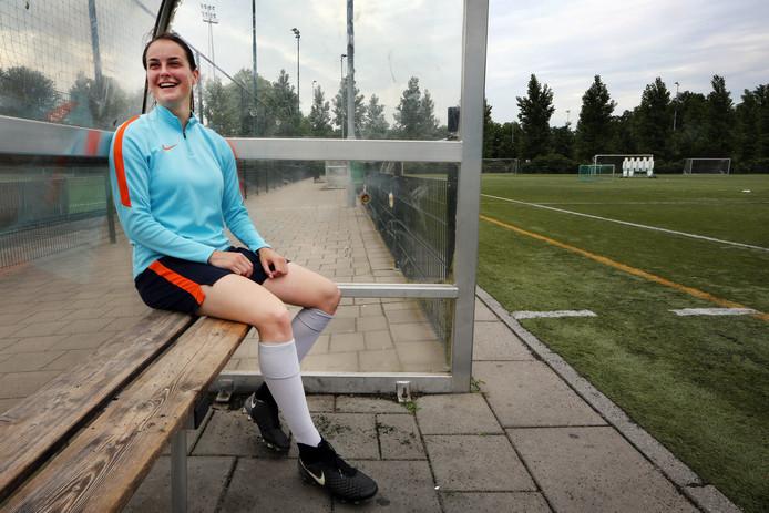 Caitlin Dijkstra (19) heeft een contract getekend bij Ajax.
