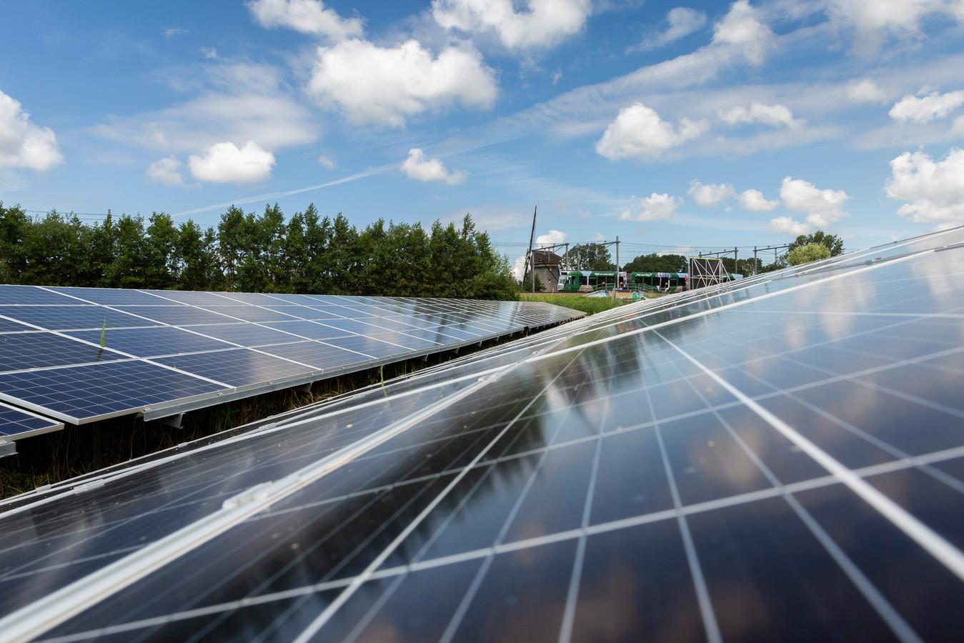 Lokaal Hellendoorn wil voorkomen dat het Hellendoornse buitengebied wordt vol geplempt met windturbines en zonneparken. De grootste oppositiepartij vindt daarom dat het college en andere weg moet inslaan.