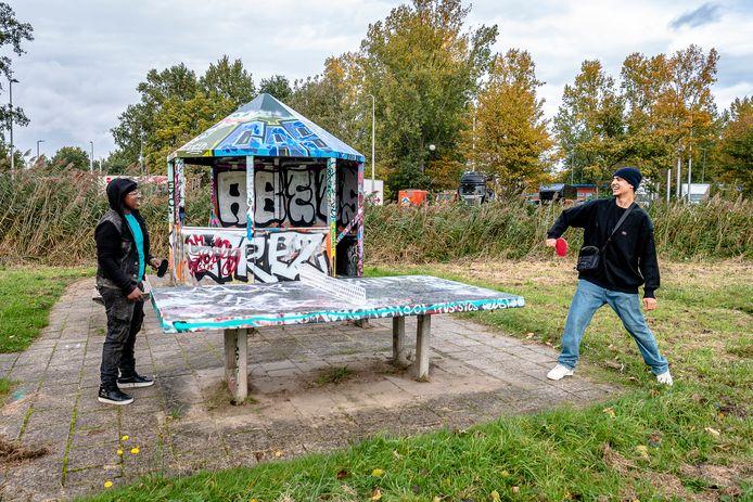 Jayson Hooplot (links) en Mehdi Belhaj op de hangplek in Capelle.