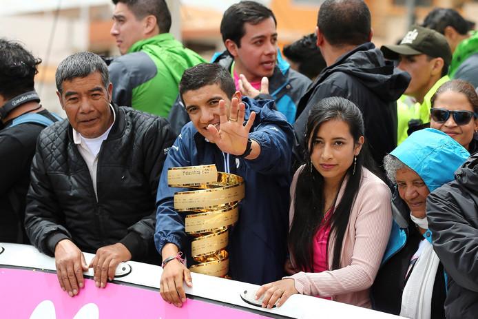 Carapaz (met de trofee) groet de mensen in Tulcán.
