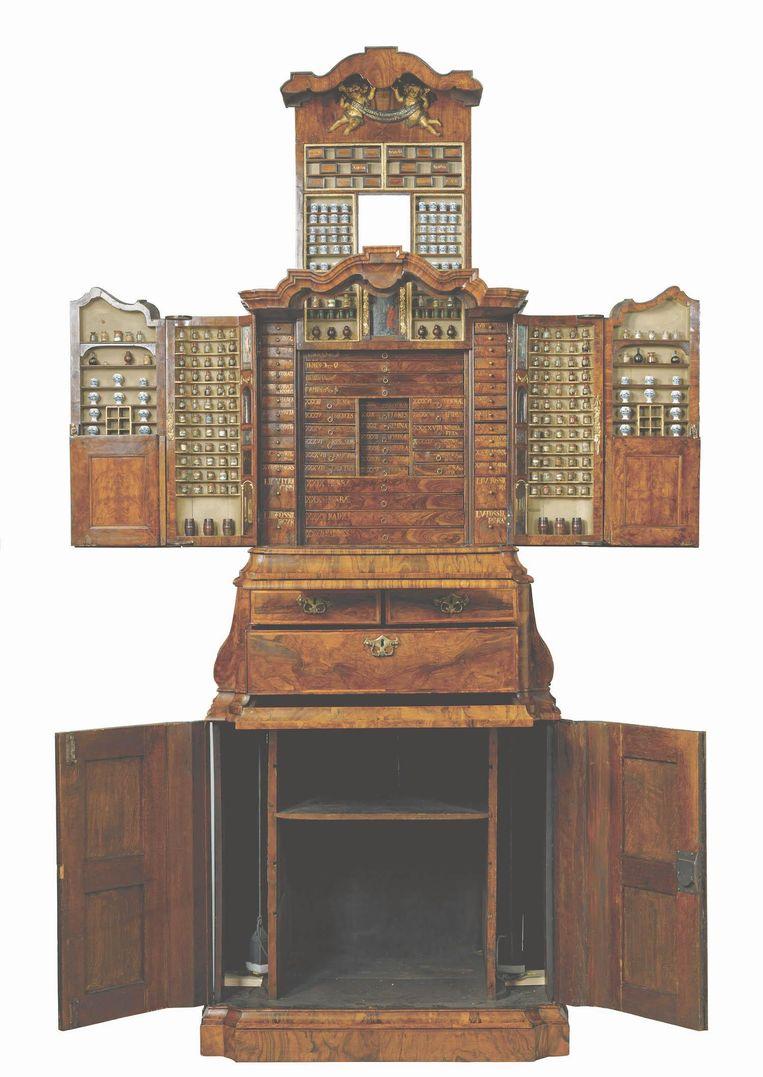 Bij het uitklappen van het museumstuk geeft de kast zijn verborgen waar prijs Beeld Rijksmuseum