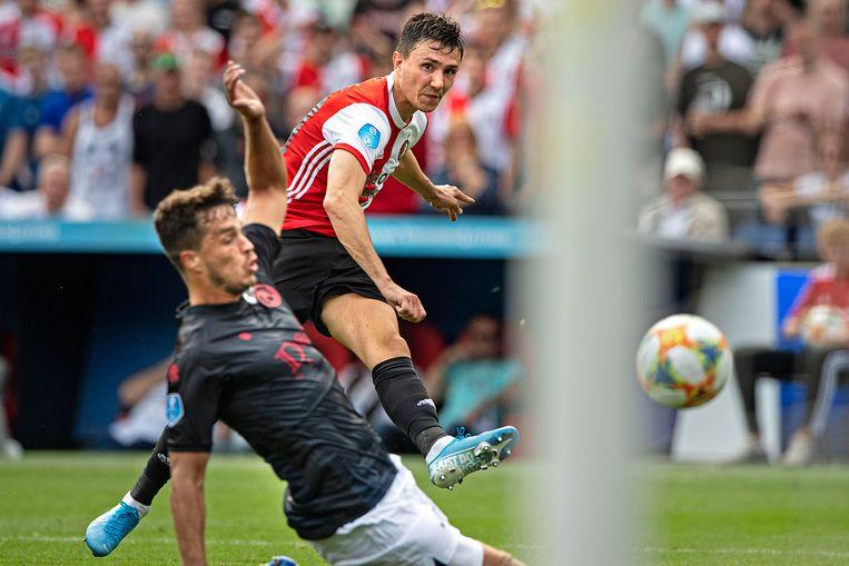 Steven Berghuis schiet op de goal van Sparta, maar keeper Tim Coremans zal de bal stoppen.  Beeld Guus Dubbelman / de Volkskrant