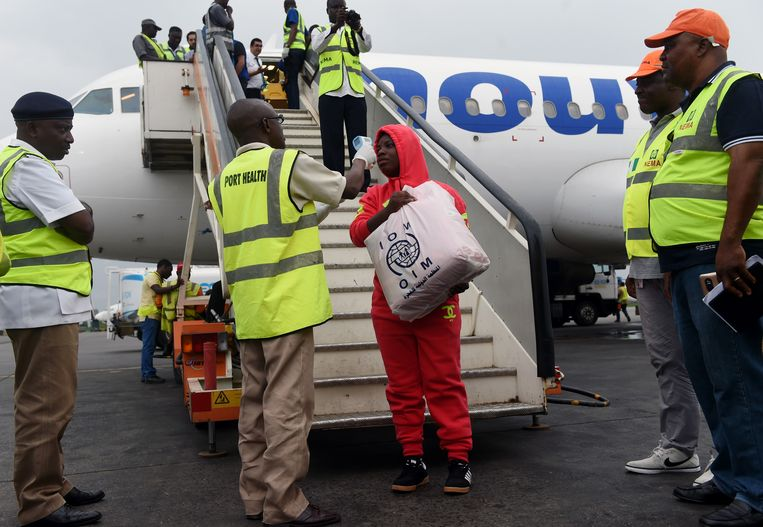 Bij aankomst in Nigeria krijgen ze de Nigeriaanse terugkeerders een korte medische check Beeld ANP