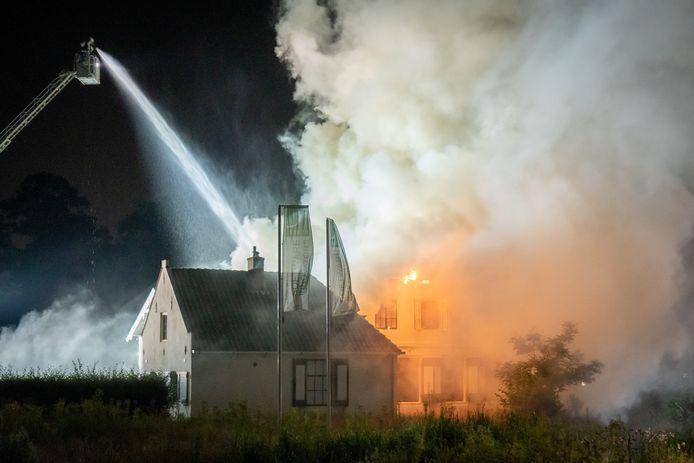 De brandweer gebruikte een ladderwagen om te voorkomen dat het vuur oversloeg naar het achterste deel van het pand.
