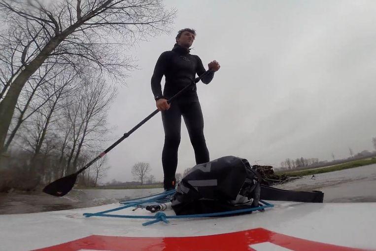 Nick maakte met zijn surfplank een tochtje over de overstroomde Barbierbeek.