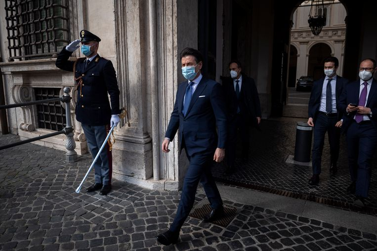 Voormalig premier Conte op weg naar een persconferentie in Rome (4 februari 2021). Beeld Getty Images