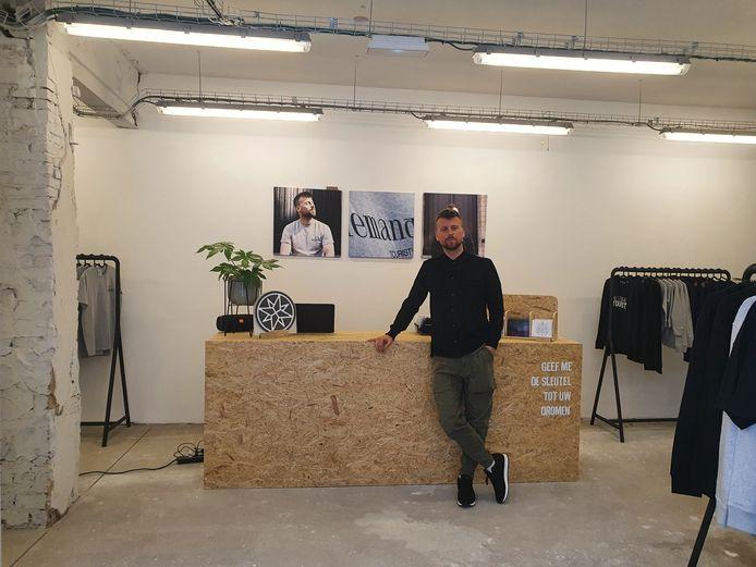 """Johannes Faes aan de kassa van zijn eigen pop-up store: """"Zo kom ik toch nog op een manier in contact met mijn fans"""""""