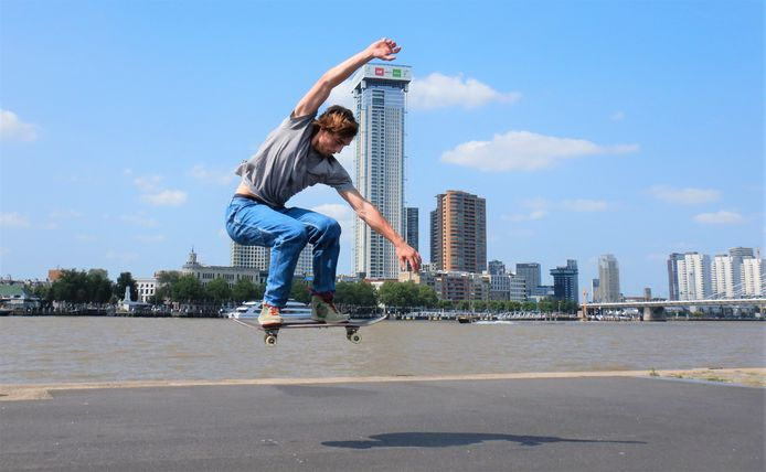 HOE HOOG IS DE ZALMTOREN? - Even meten hoe hoog de Zalmhaventoren is ... Merle van Gennip is met zijn skateboardsprong ongemerkt het middelpunt van deze dynamische compositie. Paul Hermans was een dagje naar Rotterdam en spotte de skateboarder langs de Wilhelminapier.