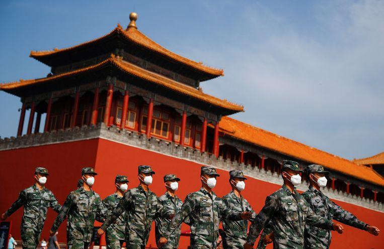 Chinese soldaten marcheren voor de ingang van de Verboden Stad op de openingsdag van het Nationale Volkscongres.