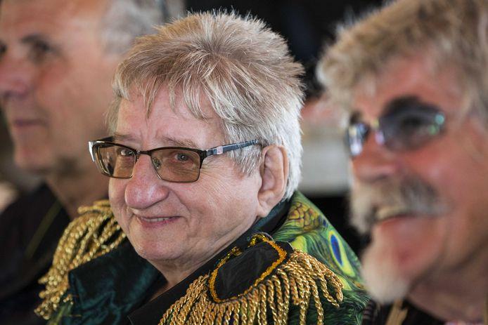 Tante Rikie lacht met Bennie Jolink (rechts).