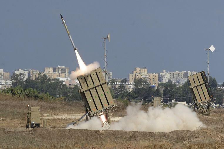Een batterij van het raketafweersysteem van Israël Iron Dome lanceert een projectiel om een raket die is gelanceerd vanuit de Gazastrook te onderscheppen. Beeld afp
