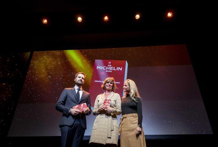 Deborah en Rebecca Rive, de vrouw en dochter van voormalig sterrenchef Lucas Rive, nemen de eerste Michelingids van 2020 in ontvangst. Lucas Rive overleed afgelopen kerst na een kort ziekbed.