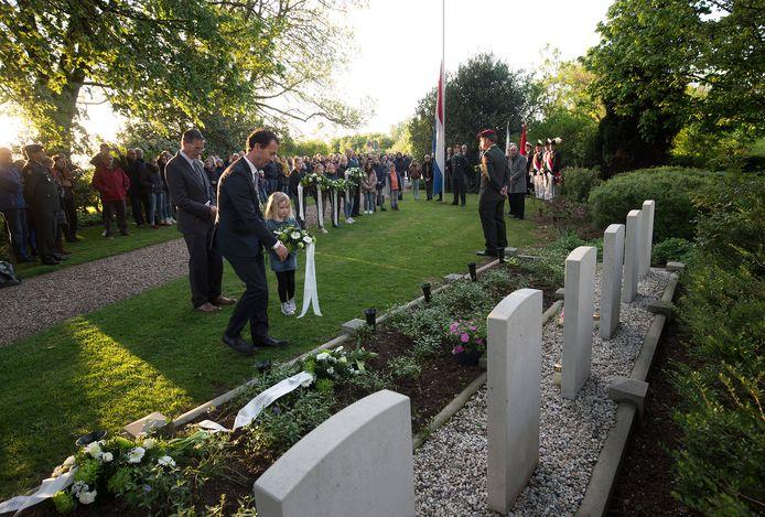 De Zevenaarse burgemeester Luciën van Riswijk tijdens de Dodenherdenking op de militaire begraafsplaats in Tolkamer in 2019.
