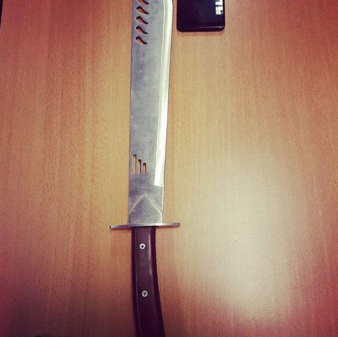 De machete werd in een auto gevonden.