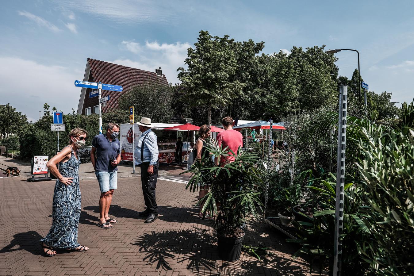 Sommige bezoekers van de weekmarkt in Winterswijk dragen uit voorzorg een mondkapje.