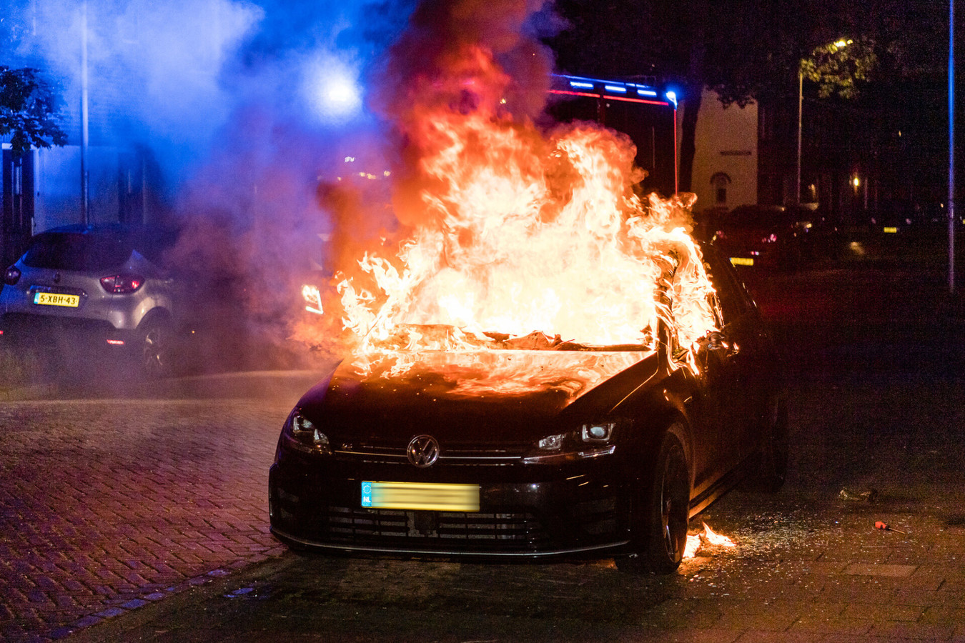 Auto in brand in Tilburg.