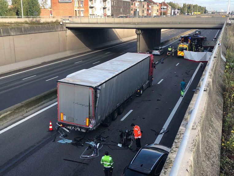 Volgens de eerste vaststellingen remde het slachtoffer niet of nauwelijks vooraleer hij tegen de truck crashte.