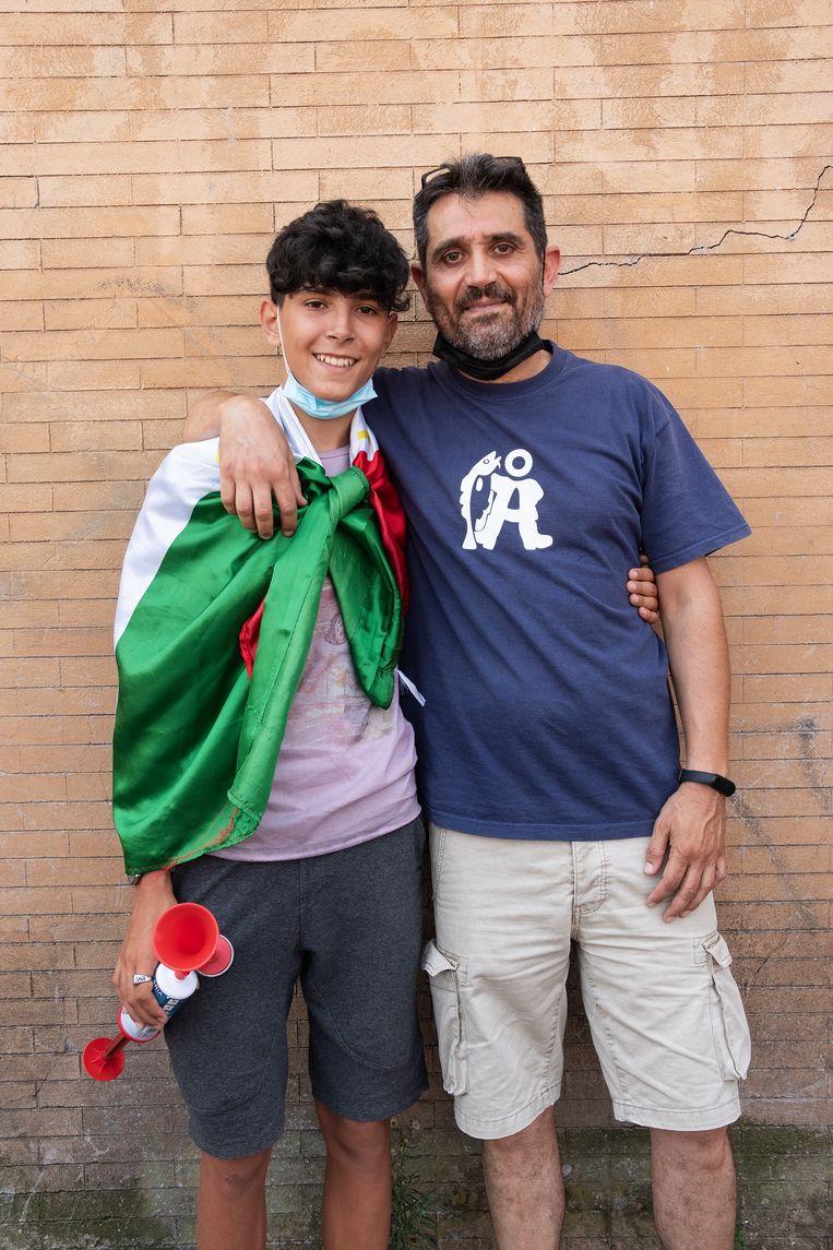 Samen met vader Nicola is Lorenzo Antonini om elf uur 's ochtends alvast uit een buitenwijk naar het centrum gekomen 'om te keten'.  Beeld Giulio Piscitelli