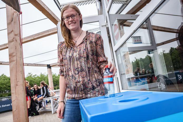 Vera van Rooij is horecamanager bij hockeyclub Etten-Leur, waar ze de lege flesjes voor het goede doel inzamelen.