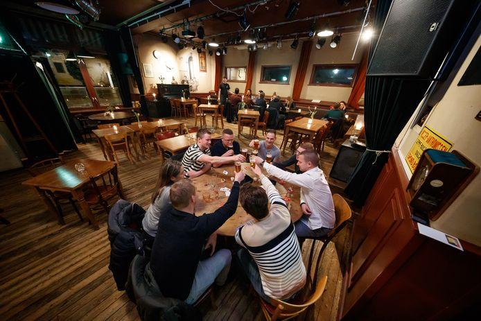 Het podium in cafe Stroop in Bosschenhoofd is deze zaterdagavond niet bezet door een live act. Eigenaar Vincent van den Broek heeft boetes ontvangen voor geluidsoverlast.