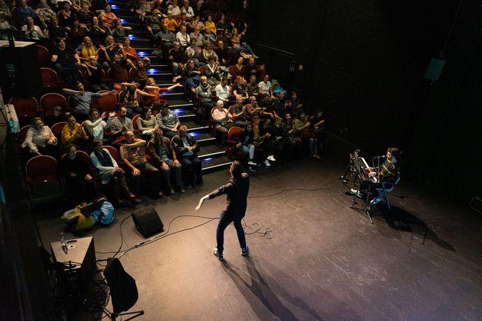Inclusieve meezingsessie met anderstaligen en internationale partners in de Zwarte Zaal van het Fakkeltheater in Antwerpen in november 2019.