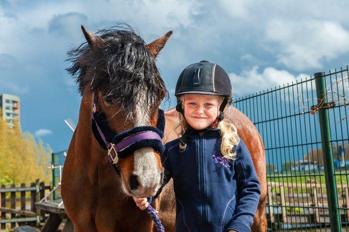 Lexi (5) is dolblij dat het zwemavontuur van haar pony Binkie goed is afgelopen.