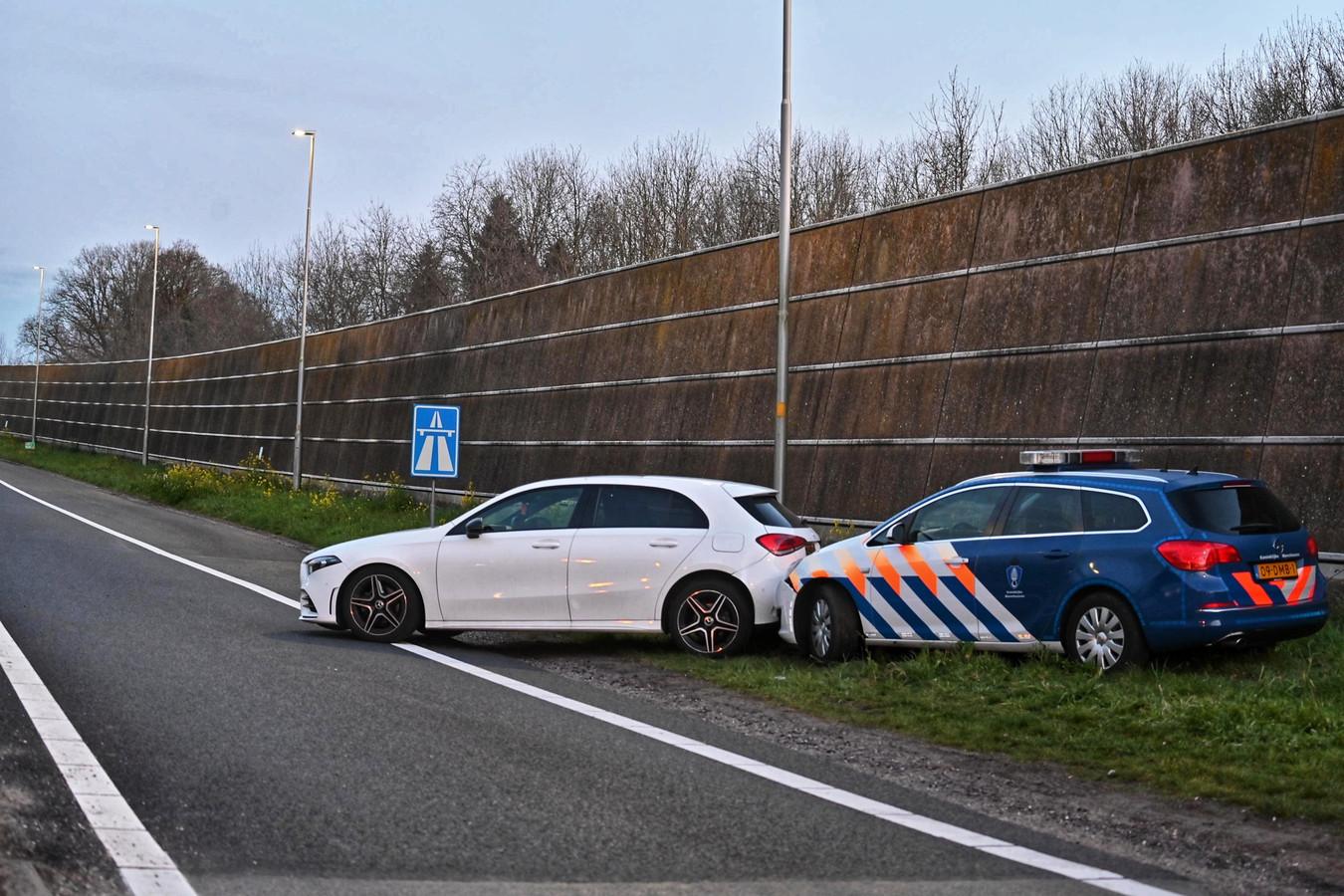 Marechaussee rijdt auto klem op A16 bij Rijsbergen.