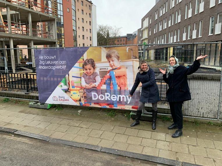 Voorzitter Bieke Verlinden en stafmedewerker kinderdagverblijven Emma Coolens onthullen de naam.