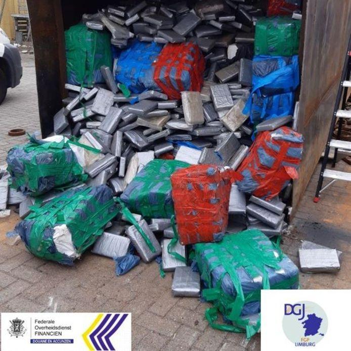 In de haven van Antwerpen werden vorige week vijf zeecontainers, van boven tot onder volgestouwd met pakketjes vol zuivere cocaïne, onderschept. Het gaat om de allergrootste overzeese drugsvangst ooit, wereldwijd.