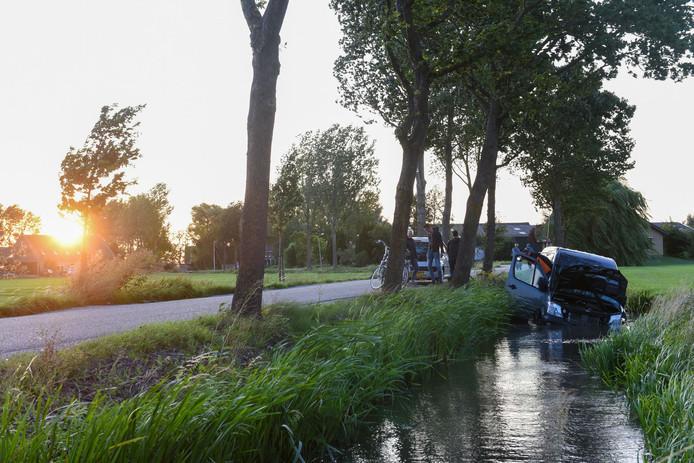 Het busje belandde in de sloot net buiten Leerdam