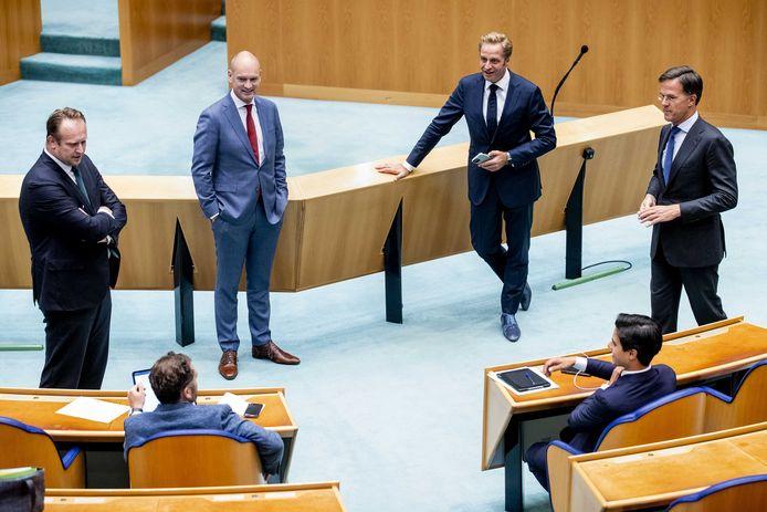 Pieter Heerma (CDA), Klaas Dijkhoff (VVD), Gert-Jan Segers (ChristenUnie), minister Hugo de Jonge van Volksgezondheid, Welzijn en Sport, Rob Jetten (D66) en premier Mark Rutte tijdens een debat in de Tweede Kamer over de waardering van zorgmedewerkers, augustus 2020.