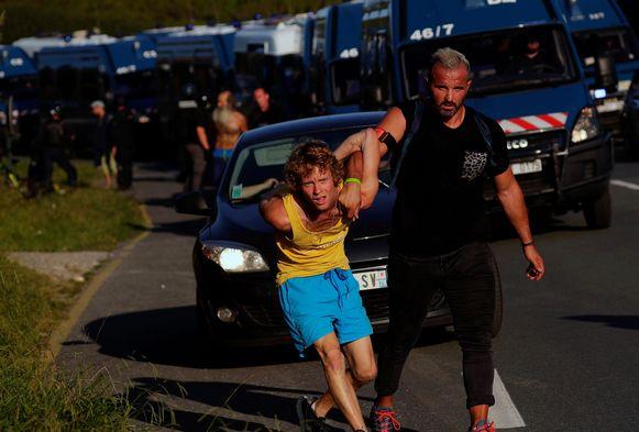 Een betoger wordt opgepakt door de Franse politie.