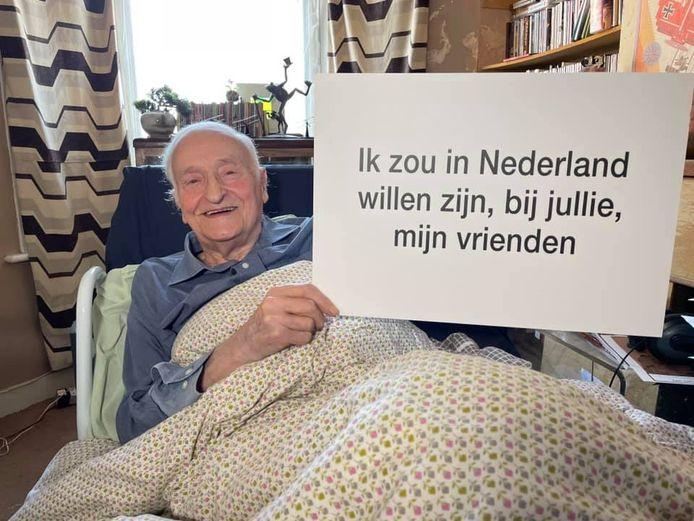 Peter Colthup, veteraan van de Slag om Arnhem, groet de Nederlanders op filmbeelden van de Taxi Charity for Military Veterans.