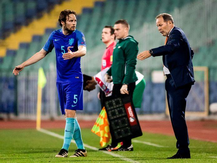 Bondscoach en vader Danny Blind vertelt zoon Daley Blind in 2017 wat er anders moet in de WK-kwalificatie wedstrijd tegen Bulgarije.