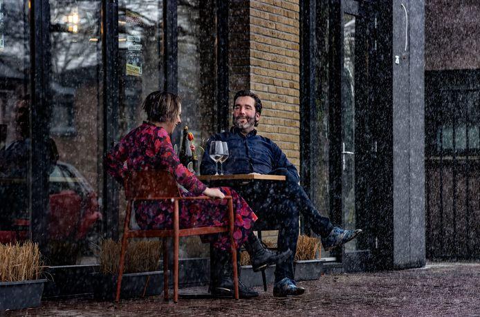 Guus Knoops van restaurant Bij Guus in Someren samen met zijn partner Christel op het terras.