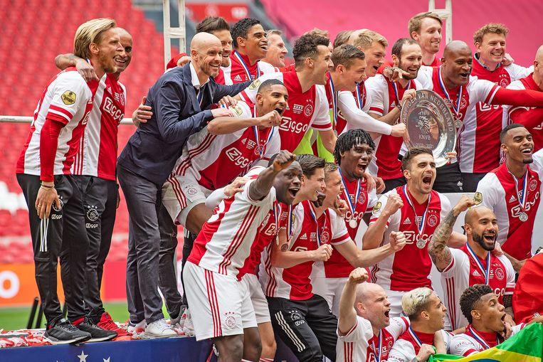 Ajax is voor de 35ste keer landskampioen.  Voor Erik ten Hag is het zijn tweede titel met de Amsterdammers. Beeld Guus Dubbelman