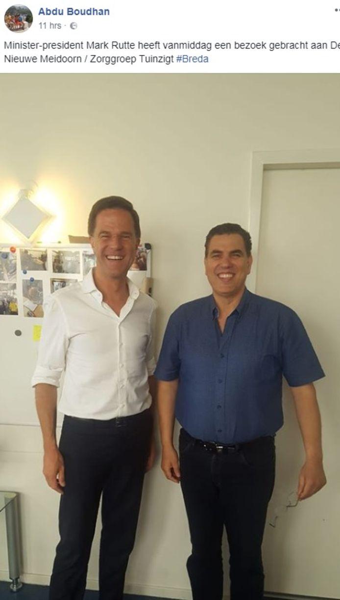 Premier Rutte bracht dinsdag een onverwacht bezoek aan de wijk Tuinzigt. Hier staat hij op de foto met Abdu Boudhan van buurtcentrum De Nieuwe Meidoorn.