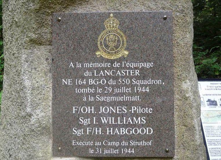 Gedenksteen voor de drie omgekomen bemanningsleden van de Lancaster-bommenwerper.