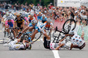 Een valpartij uit 2010 in de Ronde van Zwitserland met onder meer Cavendish, Mondory, Haussler en Tom Boonen.
