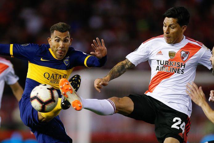 Carlos Tevez (links) namens Boca Juniors en Enzo Perez van River Plate tijdens het eerste duel van de halve finale van de Copa Libertadores in oktober 2019. De bekerontmoeting tussen de twee rivalen van zondag is onzeker geworden na een grote corona-uitbraak bij River.