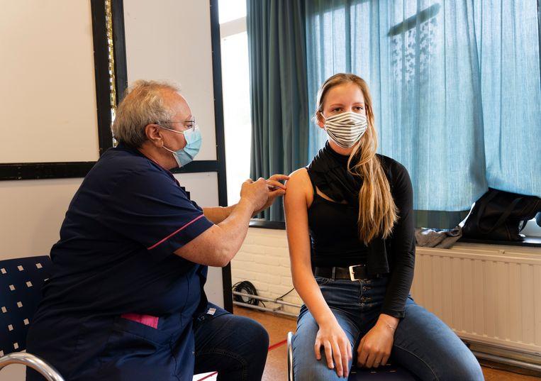 Een jonge inwoner van Terschelling krijgt een vaccinatie tegen het coronavirus. Beeld Hollandse Hoogte /  ANP