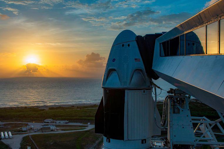 De Crew Dragon, bovenop de Falcon 9-raket. Beeld AFP