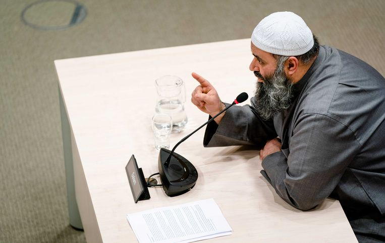 Suhayb Salam, bestuursvoorzitter en geestelijke leider van de Stichting alFitrah, tijdens de openbare verhoren van de parlementaire ondervragingscommissie.  Beeld ANP