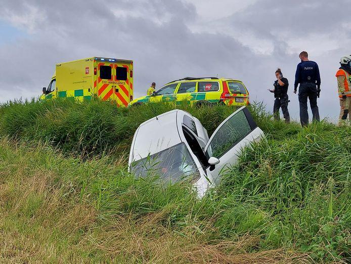De 25-jarige vrouw belandde met haar Fiat Punto in de sloot naast de N8 in Veurne.