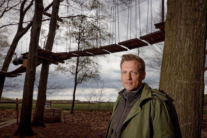 Harrie van Puijenbroek, vijfde generatie in de textielfamilie, bij het klimbos op landgoed Gorp en Rovert.