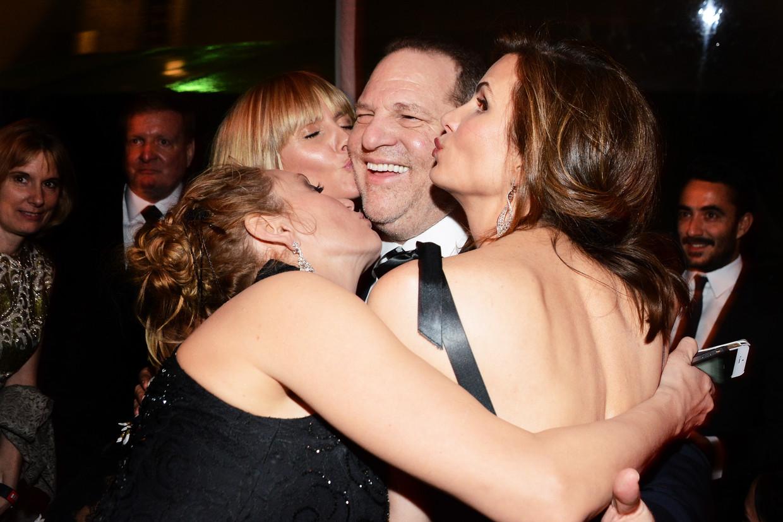 Harvey Weinstein tijdens de Golden Globes in 2014, vergezeld door onder anderen model Heidi Klum. Beeld Getty Images for The Weinstein Company