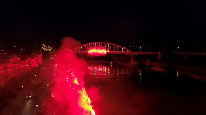In 2018 zette het sfeerteam met 70 fakkels de Wilhelminabrug in vuur en vlam. Of er morgen iets gepland is, wordt geheim gehouden.